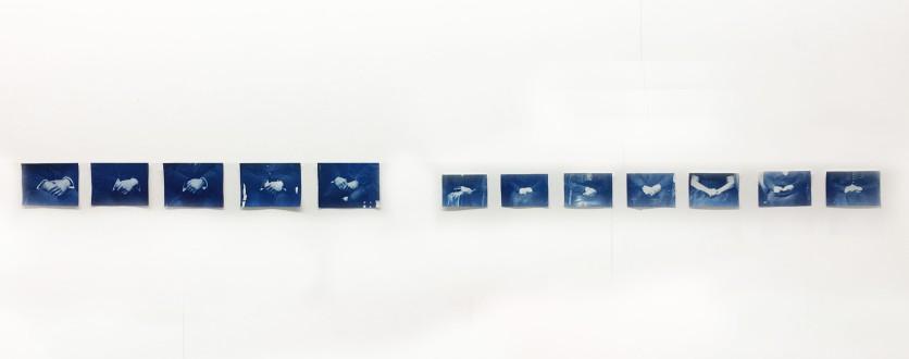 Emelien Dieleman, zonder titel (handen blauw), 2017, 15 x 20 cm en 10,5 x 15 cm, vijf en zes Cyanotype's op papier
