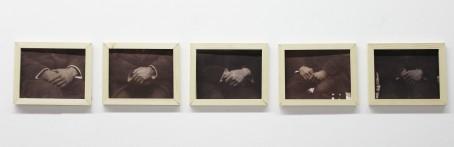 Emelien Dieleman, zonder titel (handen mannen), 2017, 17 x 22 cm, vijf van Dyck drukken ingelijst